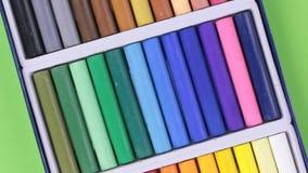 Primer de la rotación de un sistema de creyones en colores pastel metrajes