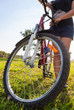 Primer de la rueda de bicicleta con el ciclista irreconocible Fotografía de archivo libre de regalías
