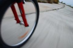 Primer de la rueda de bicicleta en el movimiento Fotografía de archivo