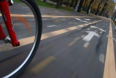 Primer de la rueda de bicicleta en el movimiento Fotos de archivo libres de regalías
