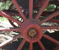 Primer de la rueda de carro antigua Foto de archivo libre de regalías