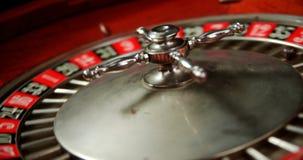 Primer de la rueda de ruleta de giro en la tabla 4k del póker almacen de video