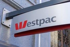 Primer de la señalización del banco de Westpac Foto de archivo
