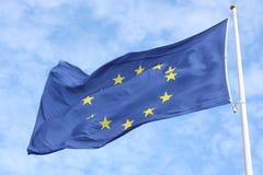 Primer de la sola bandera europea con doce estrellas amarillas que agitan en el viento delante del cielo azul imagen de archivo libre de regalías