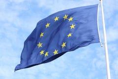 Primer de la sola bandera europea con doce estrellas amarillas que agitan en el viento delante del cielo azul foto de archivo libre de regalías