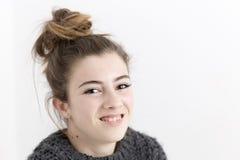 Primer de la sonrisa de la mujer joven Fotos de archivo