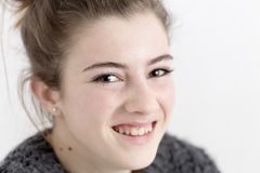 Primer de la sonrisa de la mujer joven Fotografía de archivo libre de regalías