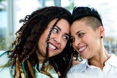 Primer de la sonrisa lesbiana de los pares Fotografía de archivo