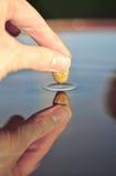 Primer de la superficie conmovedora del agua de la piedra, creando la ondulación imágenes de archivo libres de regalías