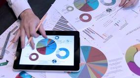 Primer de la tableta de Analyzing Graph On Digital del hombre de negocios almacen de video