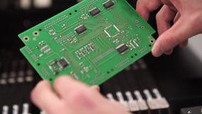 Primer de la tarjeta de circuitos electrónicos con el procesador Cierre de alta tecnología del chip de ordenador para arriba almacen de video