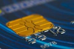 Primer de la tarjeta de crédito de los dígitos. Fotos de archivo