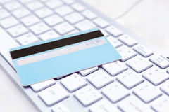 Primer de la tarjeta de crédito en una PC Imágenes de archivo libres de regalías
