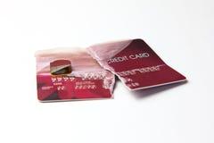 Primer de la tarjeta de crédito roja quebrada en el fondo blanco Foto de archivo