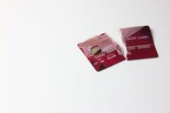 Primer de la tarjeta de crédito roja quebrada en el fondo blanco Imagen de archivo