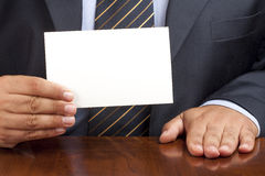 Primer de la tarjeta de Desk Showing Blank del hombre de negocios Fotografía de archivo libre de regalías