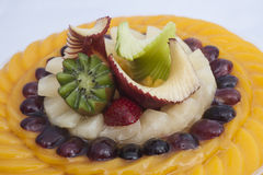 Primer de la tarta de la fruta en blanco Foto de archivo
