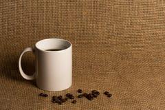 Primer de la taza de café - taza blanca con las habas Fotos de archivo