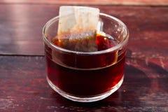 Primer de la taza de té en fondo de madera del vintage Fotografía de archivo