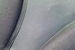 primer de la tela de malla respirable de la textura en la mochila negra de la foto Textura del bolso plástico negro de la armadur Fotos de archivo