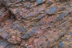 Primer de la textura del mineral de hierro - minerales naturales en la mina Textura de piedra del cielo abierto Extracción de los Fotos de archivo libres de regalías