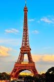 Primer de la torre Eiffel en la puesta del sol Foto de archivo