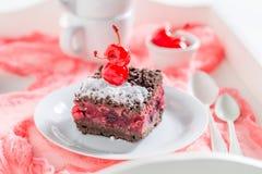 Primer de la torta de chocolate con las cerezas y la migaja foto de archivo
