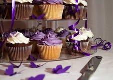 Primer de la torta de boda - manojo de magdalenas coloridas Foto de archivo libre de regalías