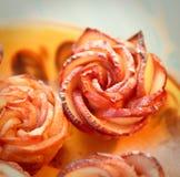 Primer de la torta de la rosa de la manzana de la pasta de hojaldre Imágenes de archivo libres de regalías