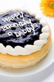 Primer de la torta del feliz cumpleaños/torta del feliz cumpleaños/primer de la torta del feliz cumpleaños en la tabla de madera  Imagenes de archivo