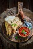 Primer de la tortilla picante como quesadilla con la salsa y las hierbas Foto de archivo