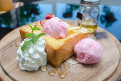 Primer de la tostada de la miel con helado Imágenes de archivo libres de regalías