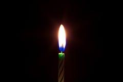Primer de la vela ardiente aislado Foto de archivo
