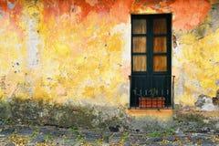 Primer de la ventana vieja en Colonia, Uruguay fotos de archivo libres de regalías