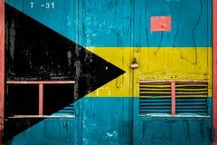 Primer de la vieja puerta del almacén con la bandera nacional fotografía de archivo