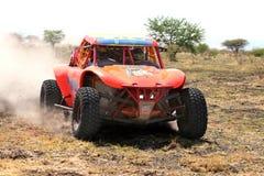 Primer de la vista delantera de competir con el coche de la reunión del palo anaranjado Fotografía de archivo