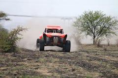 Primer de la vista delantera de competir con el coche de la reunión del palo anaranjado Foto de archivo libre de regalías