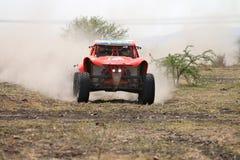 Primer de la vista delantera de competir con el coche de la reunión del palo anaranjado Foto de archivo