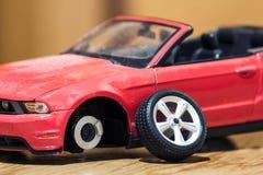 Primer de la vista posterior del coche rojo del juguete después del accidente de carretera Fotografía de archivo libre de regalías