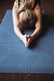 Primer de la yoga practicante de la deportista en la estera Fotografía de archivo libre de regalías