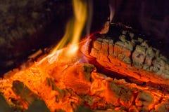 Primer de las ascuas de la chimenea del fuego Ascuas que brillan intensamente en color rojo caliente Fotos de archivo libres de regalías
