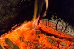 Primer de las ascuas de la chimenea del fuego Ascuas que brillan intensamente en color rojo caliente Imagen de archivo