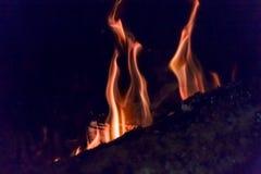 Primer de las ascuas de la chimenea del fuego Ascuas que brillan intensamente en color rojo caliente Imagenes de archivo