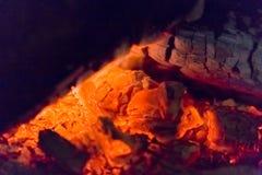 Primer de las ascuas de la chimenea del fuego Ascuas que brillan intensamente en color rojo caliente Imágenes de archivo libres de regalías