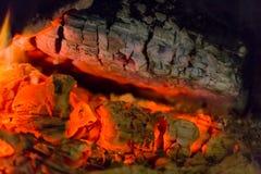 Primer de las ascuas de la chimenea del fuego Ascuas que brillan intensamente en color rojo caliente Fotografía de archivo libre de regalías