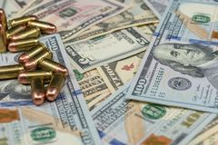 Primer de las balas en una pila de moneda de Estados Unidos fotografía de archivo libre de regalías
