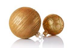 Primer de las bolas hermosas de la Navidad del oro con el modelo que brilla de oro Fotos de archivo
