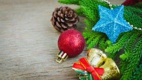Primer de las bolas y de los accesorios rojos de la Navidad Imagen de archivo libre de regalías
