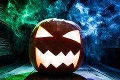 Primer de las calabazas para Halloween con humo azul y verde Imágenes de archivo libres de regalías