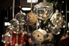 Primer de las decoraciones de la Navidad de la variedad en venta en el mercado en Colonia Fotos de archivo